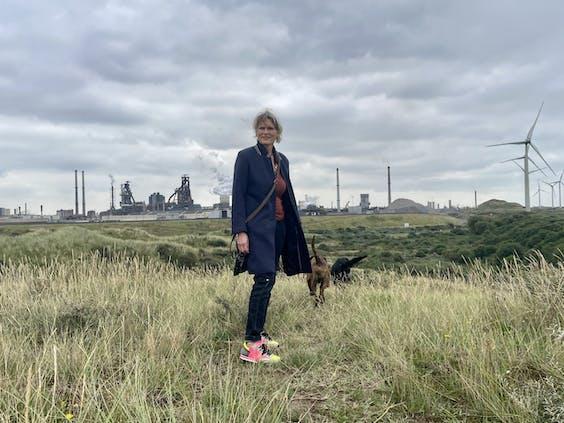 Antoinette Verbrugge en haar honden, inwoners van Wijk aan Zee. Verbrugge is voorzitter van de Stichting Frisse Wind.