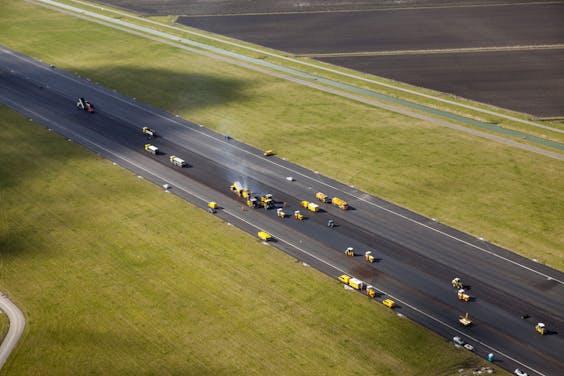 Heijmans asfalteert de Polderbaan met Flightflex. De baan wordt binnenkort weer in gebruik genomen