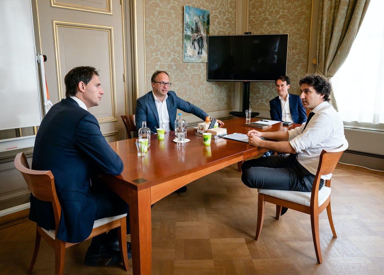 De ministers Hoekstra en Koolmees in gesprek met Paul Smeulders en Jesse Klaver van GroenLinks
