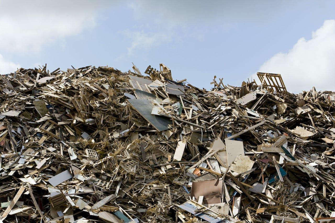 De nieuwe Bio-energiecentrale HVC, gemeentelijk afvalnutsbedrijf, in Alkmaar. In deze centrale wordt huisvuil verbrand en sinds kort ook afvalhout, waarmee groene elektriciteit en warmte wordt opgewekt. Foto: opslag van het afvalhout wat eerst versnipperd moet worden voordat het de verbrandingsoven in gaat.