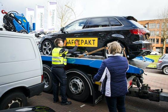 Voertuigen worden door de politie in beslag genomen.