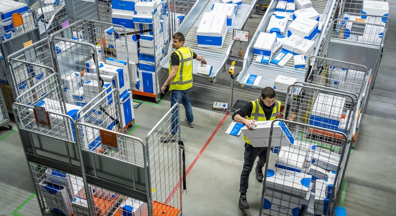 Pakjes worden voor verzending gesorteerd in het distributiecentrum van Bol.com