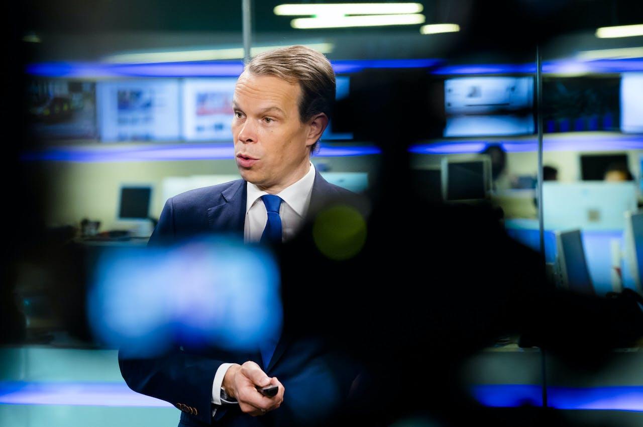 Hoofdeconoom van het CBS Peter Hein van Mulligen presenteert cijfers over de economische groei,