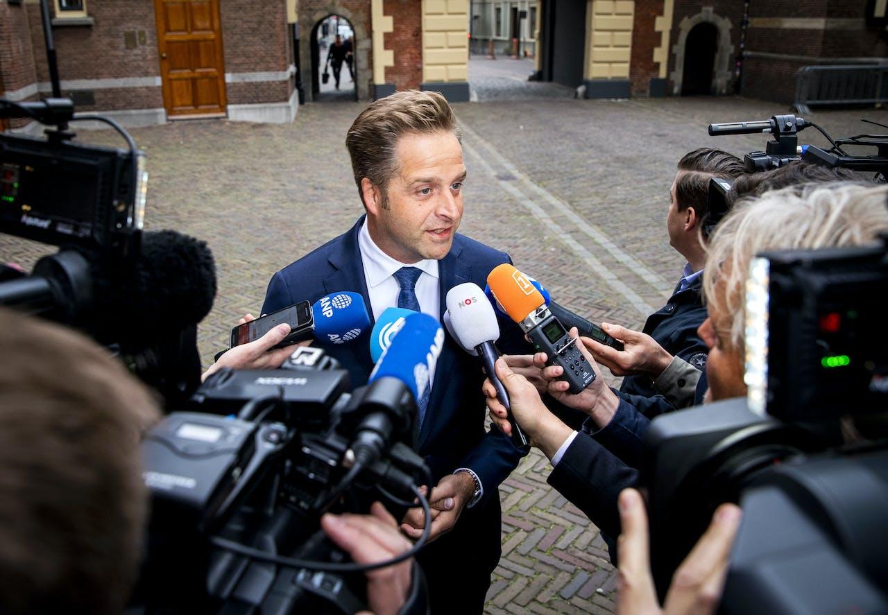 Hugo de Jonge, minister van Volksgezondheid, Welzijn en Sport, komt aan op het Binnenhof voor de wekelijkse ministerraad.