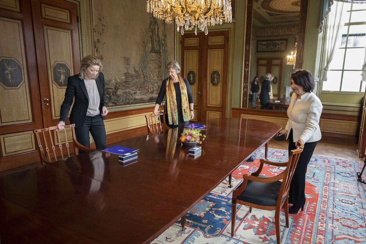 Kajsa Ollongren en Annemarie Jorritsma met Khadija Arib.