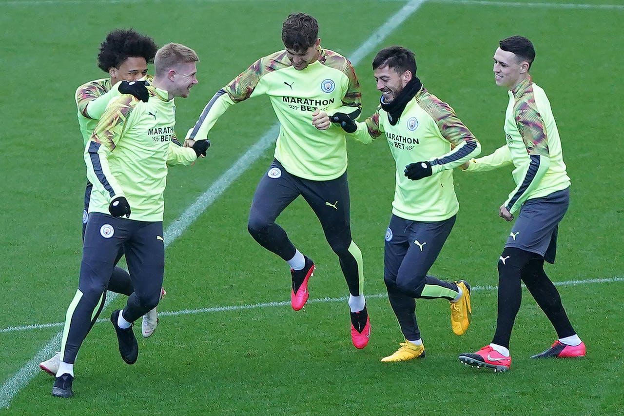 Spelers van Manchester City warmen op.