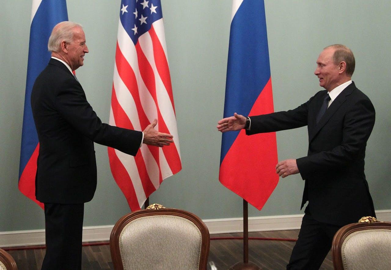 In Moskou ontvangt Vladimir Poetin (toen premier) de Amerikaanse vicepresident Joe Biden, tijdens een driedaags bezoek van de huidige presidentskandidaat aan Rusland in 2011.