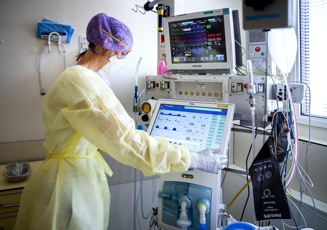 Een zorgmedewerkster op de intensive care (IC) van het HMC Westeinde ziekenhuis