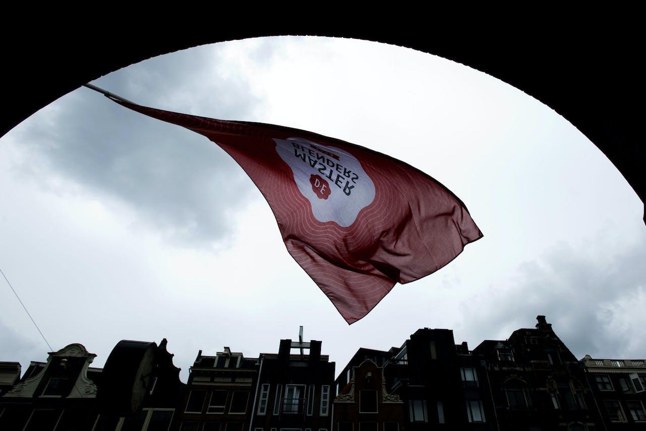 De vlag van DE wappert bij de Beurs van Berlage ANP EVERT ELZINGA