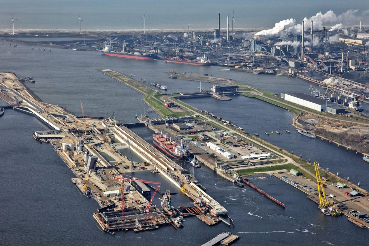 Het Noordzeekanaal nabij IJmuiden, op de achtergrond Tata Steel.