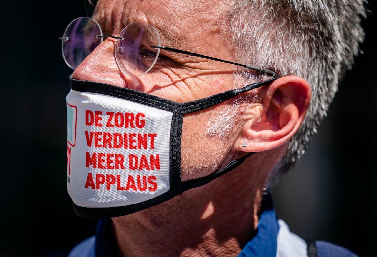Een actievoerder met een mondkapje