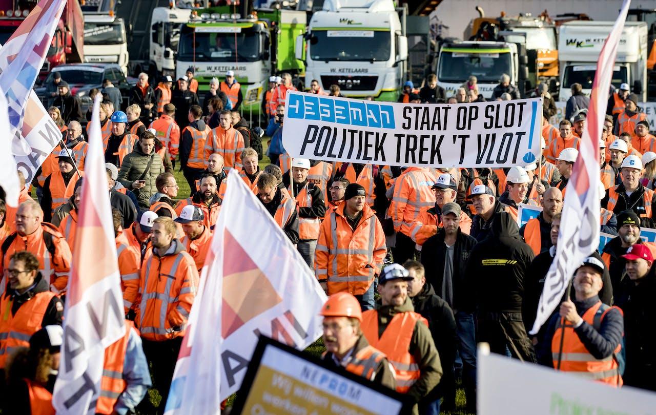 DEN HAAG - Het bouwersprotest Grond in Verzet op het Malieveld. Bouwers en transporteurs demonstreren met shovels en hijskranen tegen het stikstofbeleid.