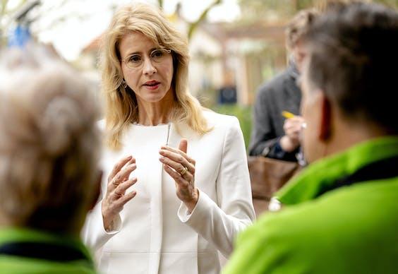 Staatssecretaris Mona Keijzer van Economische Zaken en Klimaat in gesprek met een groenteboe
