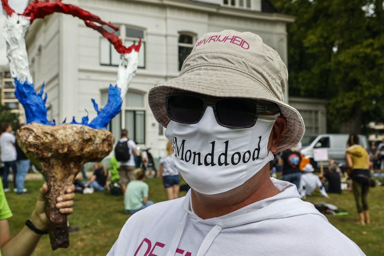 2020-08-02 13:32:16 ENSCHEDE - Actievoerders demonstreren tegen de coronamaatregelen bij Villa de Bank. De deelnemers zijn onder meer tegen de anderhalvemetersamenleving als gevolg van het coronavirus en willen geen verplichting om mondkapjes te dragen. ANP VINCENT JANNINK