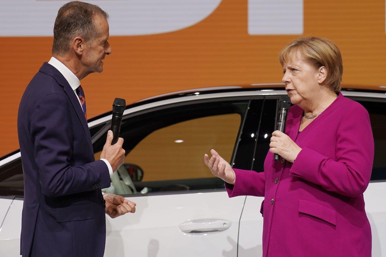Volkswagen AG CEO Herbert Diess (L) en Duits bondskanselier Angela Merkel (R) tijdens haar bezoek aan de International Motor Show (IAA) in Frankfurt, Duitsland.