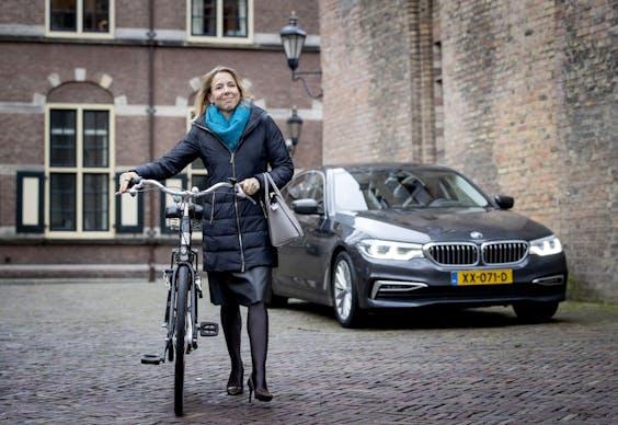 Stientje van Veldhoven, demissionair staatssecretaris van Infrastructuur en Waterstaat, met de fiets op het Binnehof