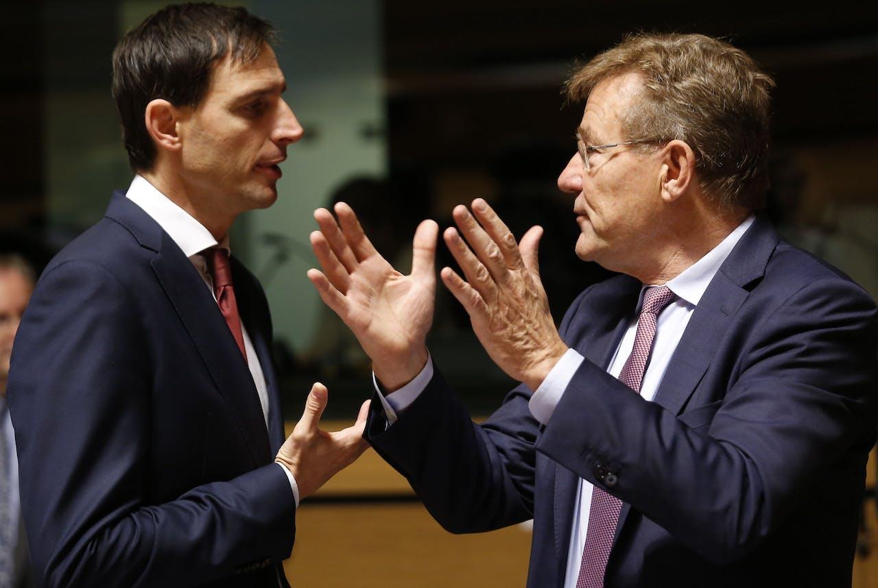 Minister Wopke Hoekstra en de vroegere Belgische minister van Financiën Johan Van Overtveldt
