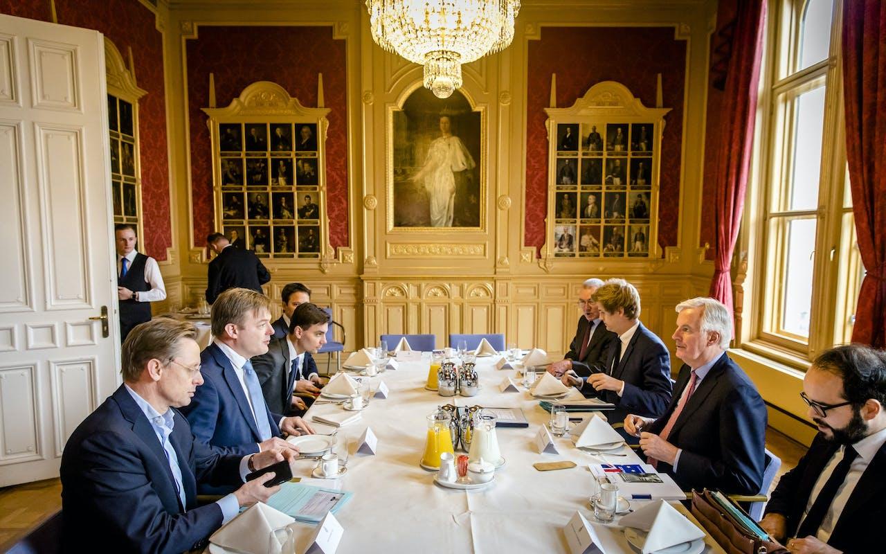Barnier (2de van rechts) in gesprek met Kamerleden