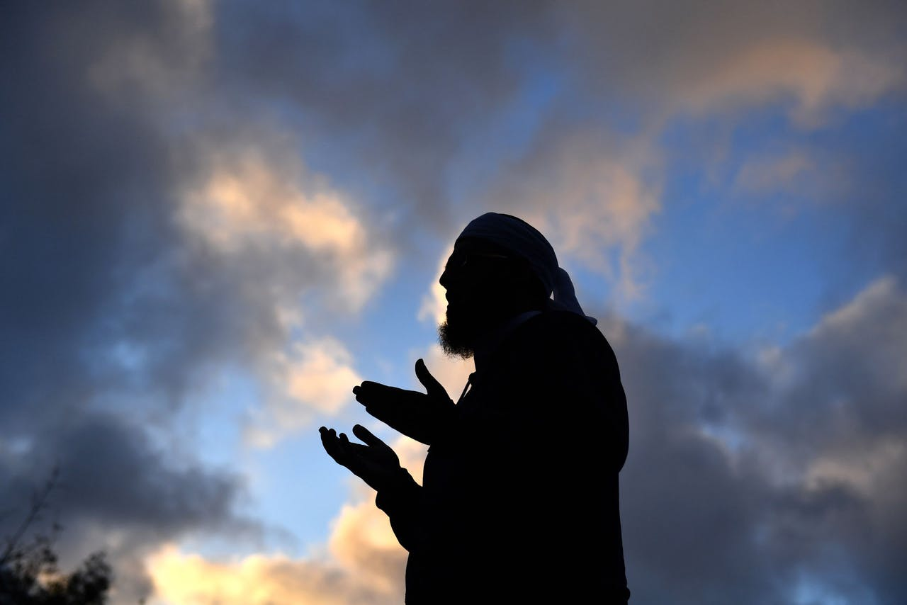 2019-03-19 18:00:59 epa07447672 Mufti Zeeyad Ravat leads the evening prayers in front of a makeshift memorial at the Al Noor Mosque on Deans Road in Christchurch, New Zealand, 19 March 2019. A gunman, believed to be a 28-year-old Australian man, who killed 50 worshippers at the Al Noor Masjid and Linwood Masjid, appeared in court on the morning of the 16 March charged with murder. EPA/MICK TSIKAS AUSTRALIA AND NEW ZEALAND OUT