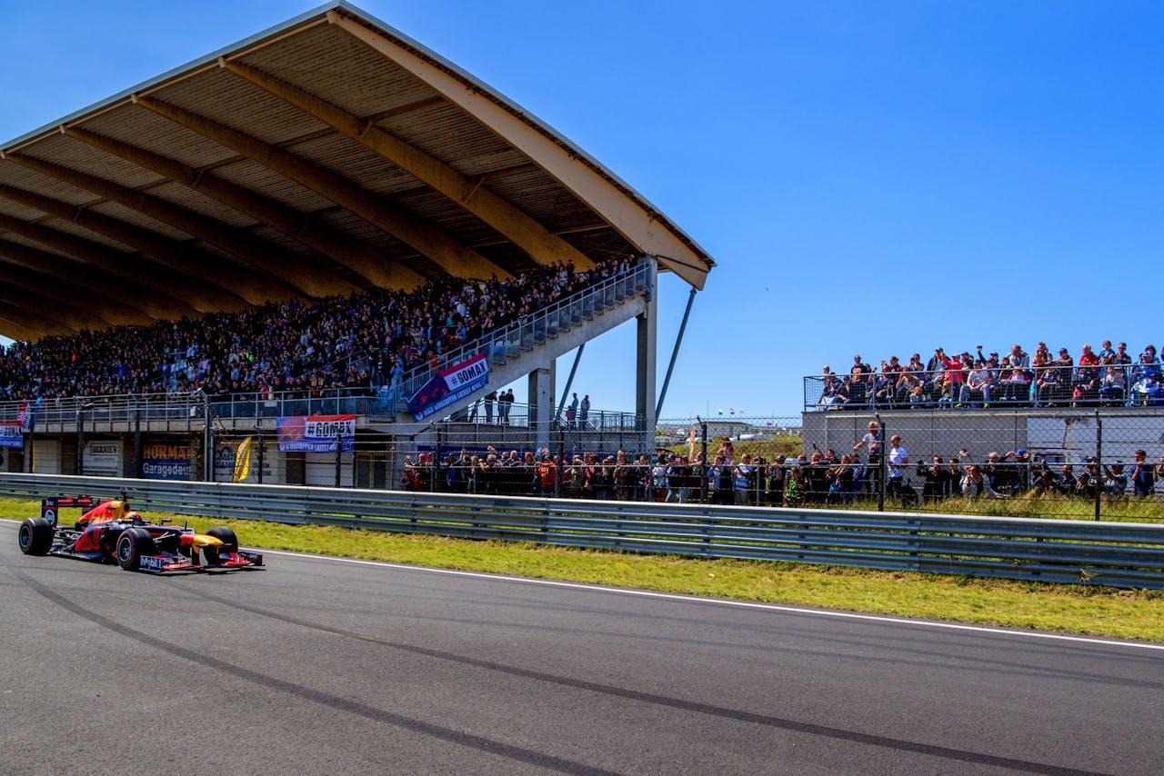 Max Verstappen tijdens een demonstratie in zijn Red Bull Racing Formule 1-auto , bij de Jumbo Familie Racedagen op het Circuit Zandvoort.