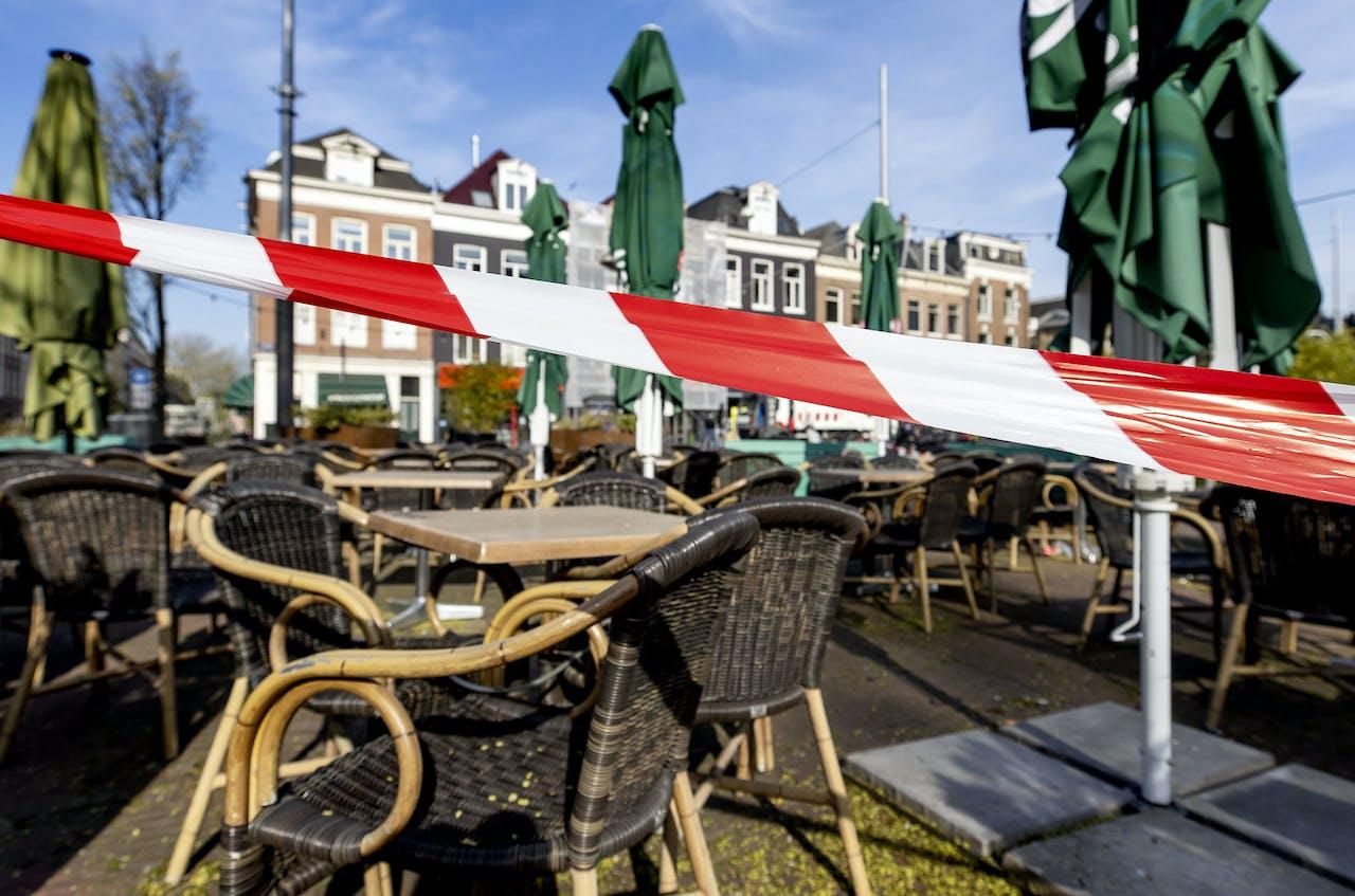 2020-04-16 08:50:36 AMSTERDAM - Afgesloten terrassen op het Marie Heinekenplein tijdens de coronacrisis. Sinds 15 maart is de horeca in Nederland grotendeels gesloten als maatregelen tegen verspreiding van het coronavirus. ANP KOEN VAN WEEL