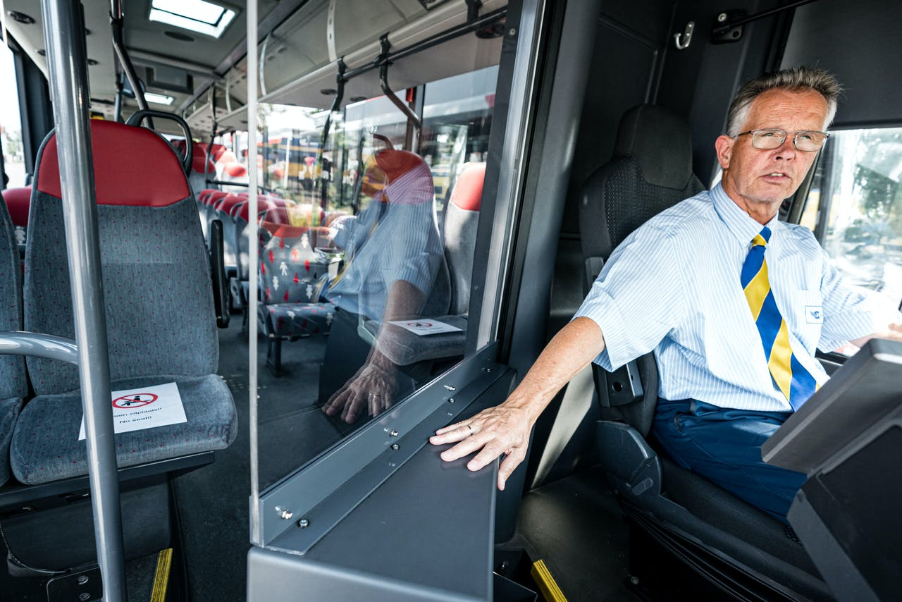 Een kuchscherm in een bus.