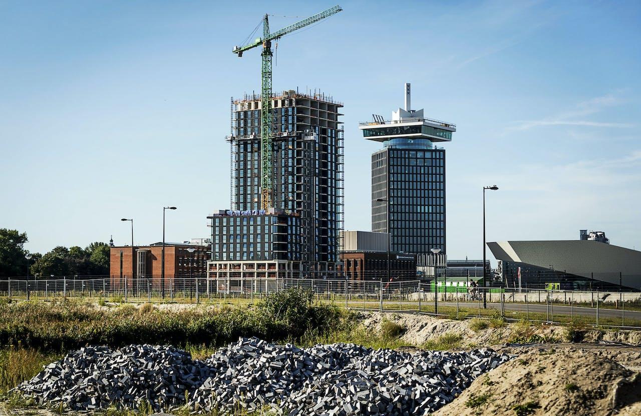 De woontoren B'mine achter de A'DAM toren op de noordelijke IJoever in Amsterdam.