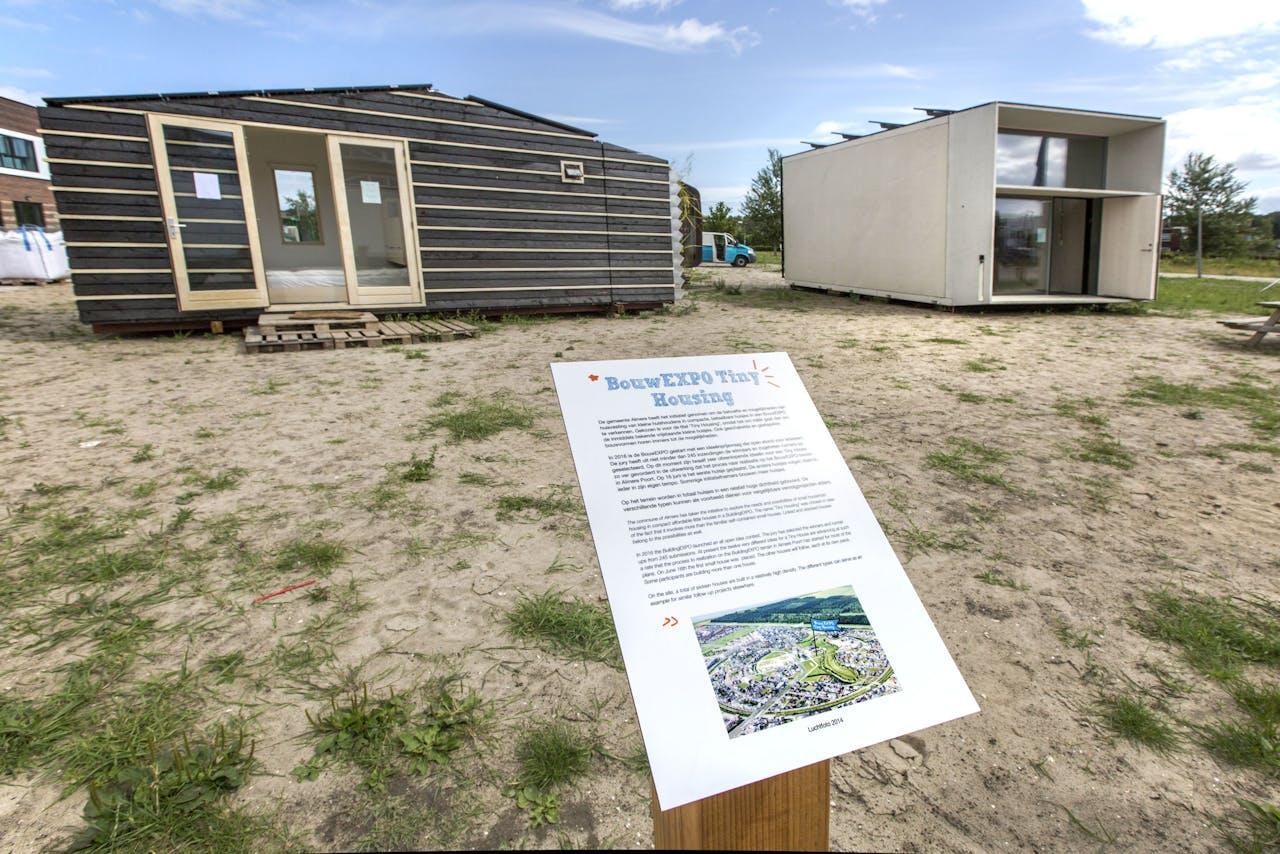 Tiny Housing project in Almere voor mensen die voldoende hebben aan een minimaal vierkante meters leefoppervlakte. Op de foto het exterieur van Tiny Tim, zoals het houten huisje (links) heet