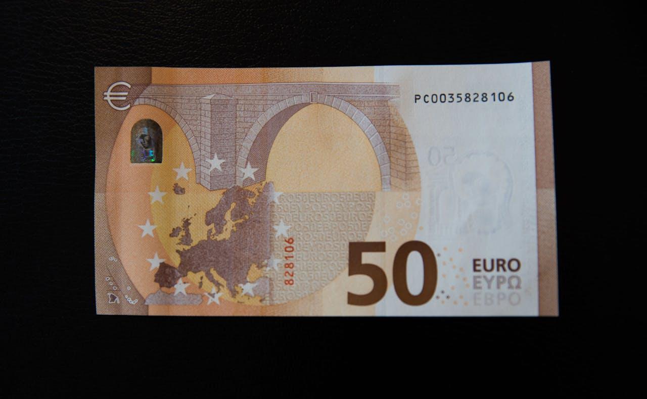 Het nieuwe bankbiljet van 50 euro dat vanaf 4 april door De Nederlandsche Bank wordt verspreid. Het biljet heeft een doorzichtig venster met daarin een hologram met het portret van de mythologische figuur Europa. Verder bevat het een smaragdgroen cijfer en een aantal nieuwe echtheidskenmerken.