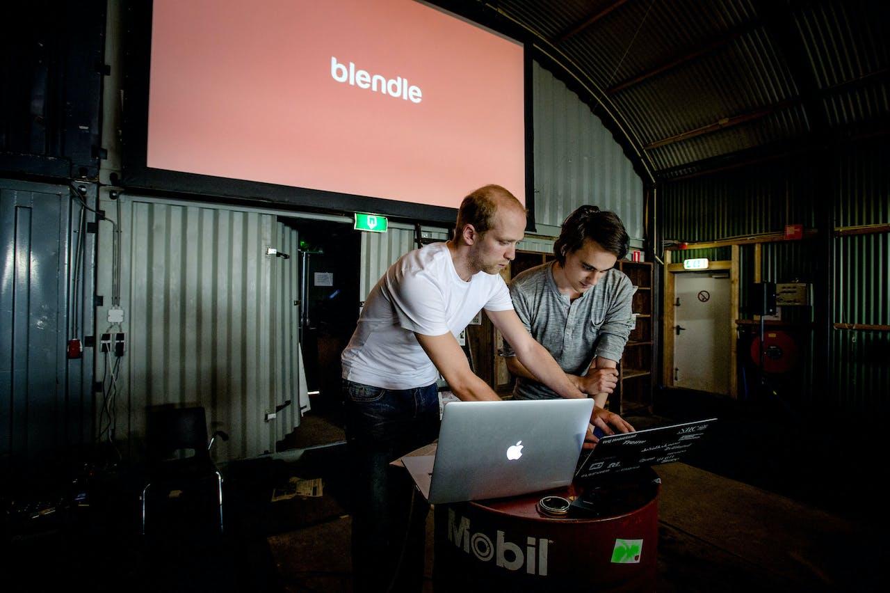 Alexander Klöpping (R) en mede-oprichter Marten Blankesteijn (L) tijdens de lancering van Blendle in 2014.