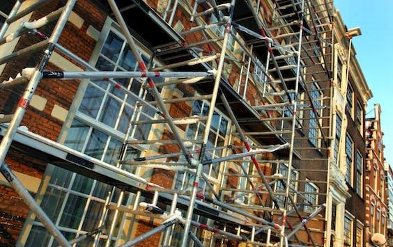 Een oud grachtenpand in Haarlem staat in de steigers voor renovatie.