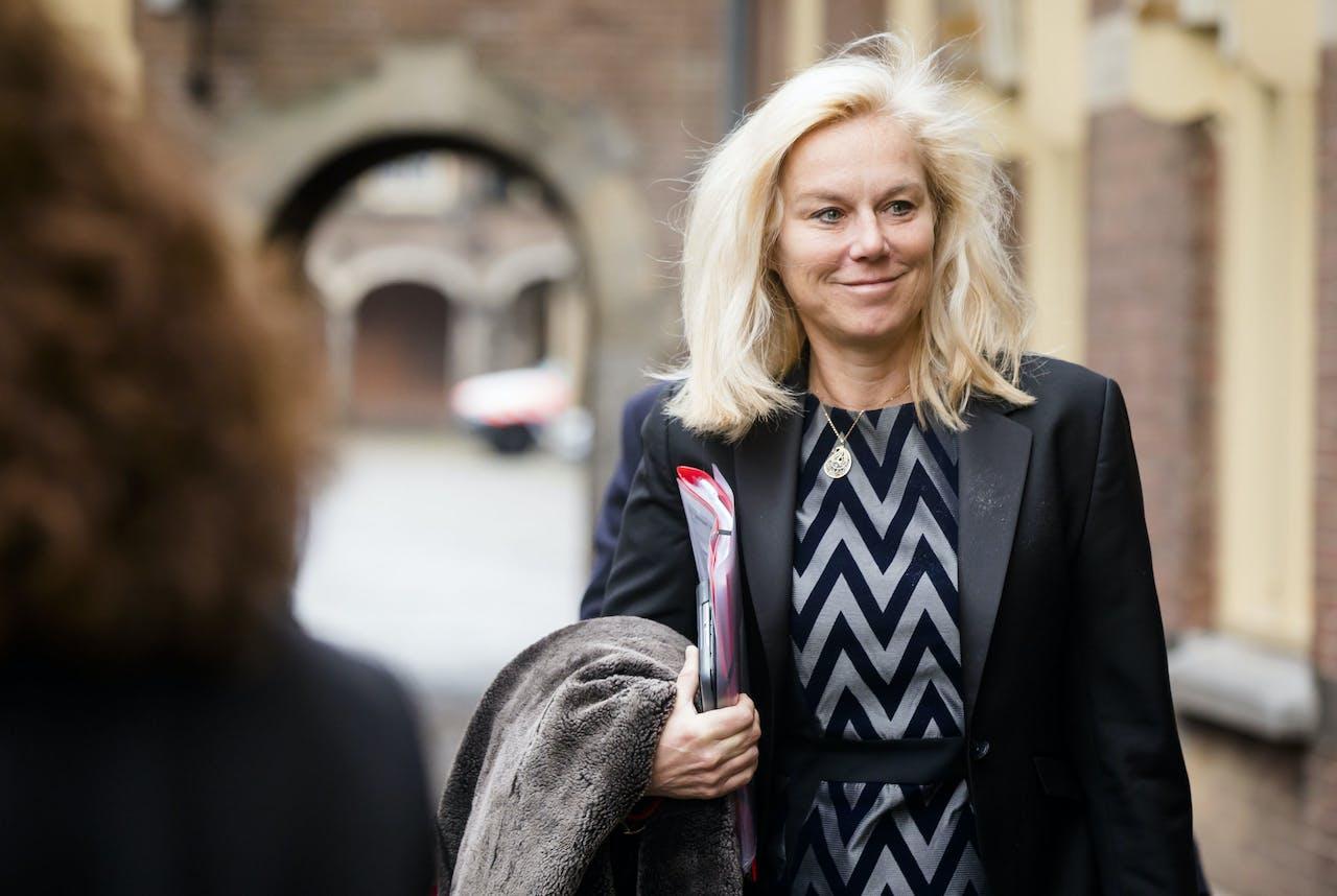 2019-01-11 11:03:53 DEN HAAG - Minister Sigrid Kaag voor Buitenlandse Handel en Ontwikkelingssamenwerking (D66) bij aankomst op het Binnenhof voor de wekelijkse ministerraad. ANP BART MAAT