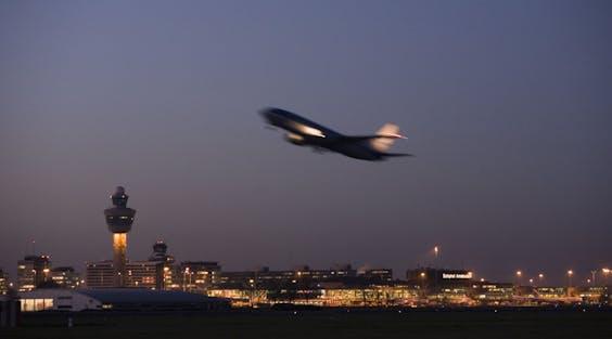 Maar liefst 38 procent van de vluchten vanaf Schiphol gaat niet verder dan 750 kilometer. Dat heeft Royal HaskoningDHV berekend in opdracht van Greenpeace.