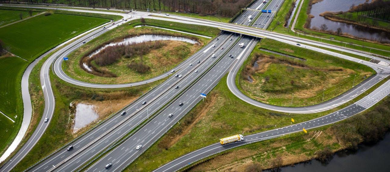 Weinig verkeer tijdens de spits op de snelweg A2 bij Den Bosch. Vanwege het coronavirus werken veel mensen thuis.