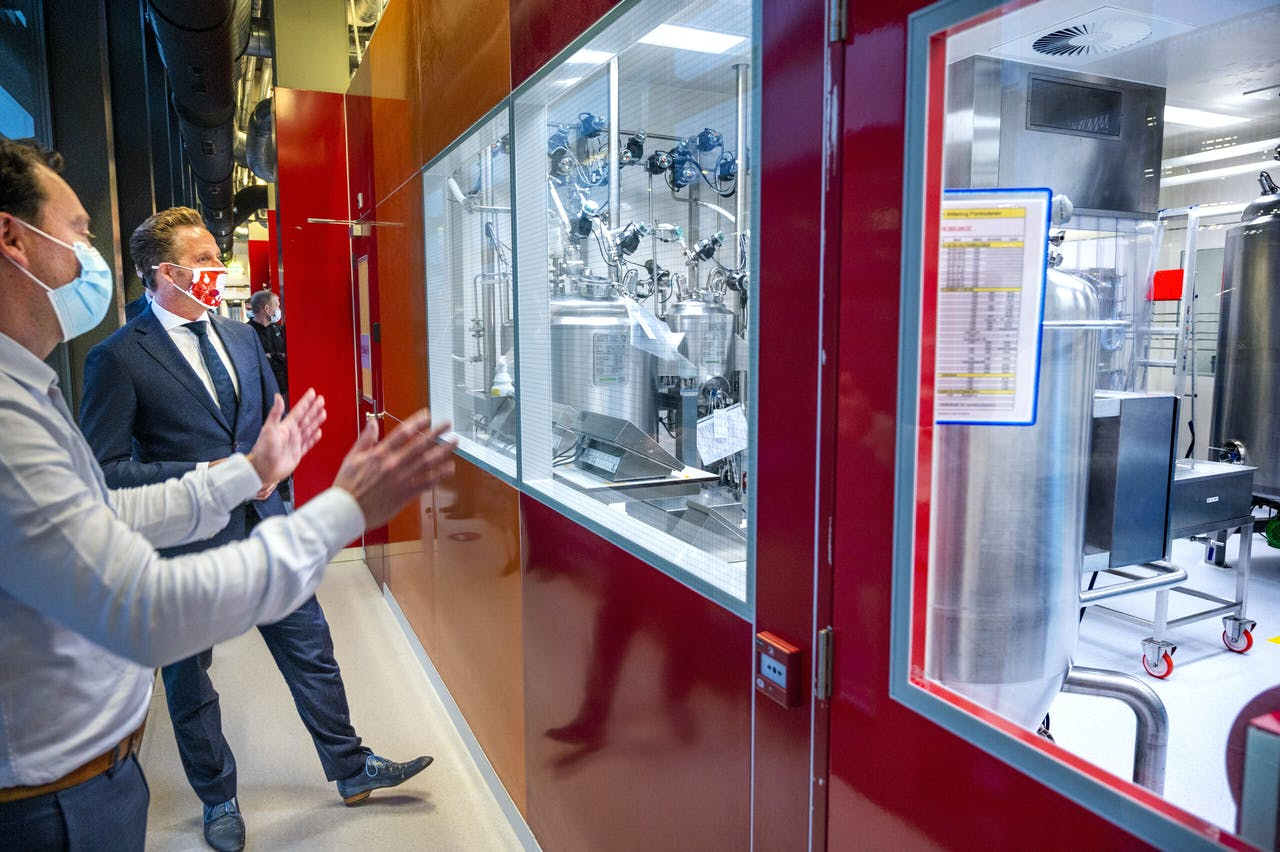 Minister Hugo de Jonge (Volksgezondheid, Welzijn en Sport) bezoekt de plasmafabriek van Sanquin.