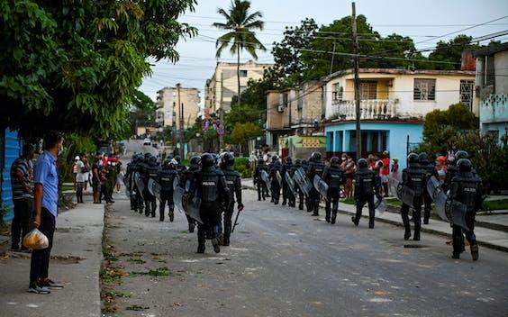 De ordepolitie treedt hard op tijdens de demonstraties in Cuba.