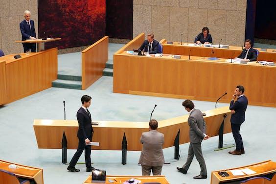 Geert Wilders (PVV), Hugo de Jonge (Minister van Volksgezondheid, Welzijn en Sport) en Premier Mark Rutte tijdens het plenair debat in de Tweede Kamer over de over de ontwikkelingen rond de corona-uitbraak.