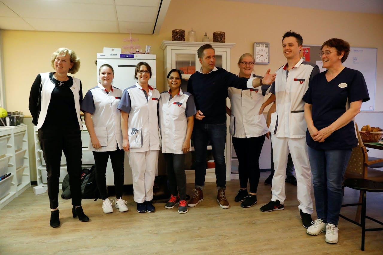 Vicepremier en minister Hugo de Jonge (Volksgezondheid, Welzijn en Sport) tijdens een bezoek aan de Lelie zorggroep. Hij verraste verpleegkundigen met een ontbijt.