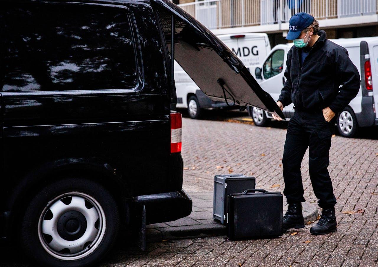 Het Nederlands Forensisch Instituut (NFI) doet onderzoek bij een pand in de buurt van het Nijpelsplantsoen in Nieuwegein.
