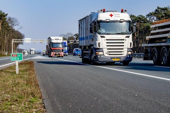 Twee vrachtwagens op de A12