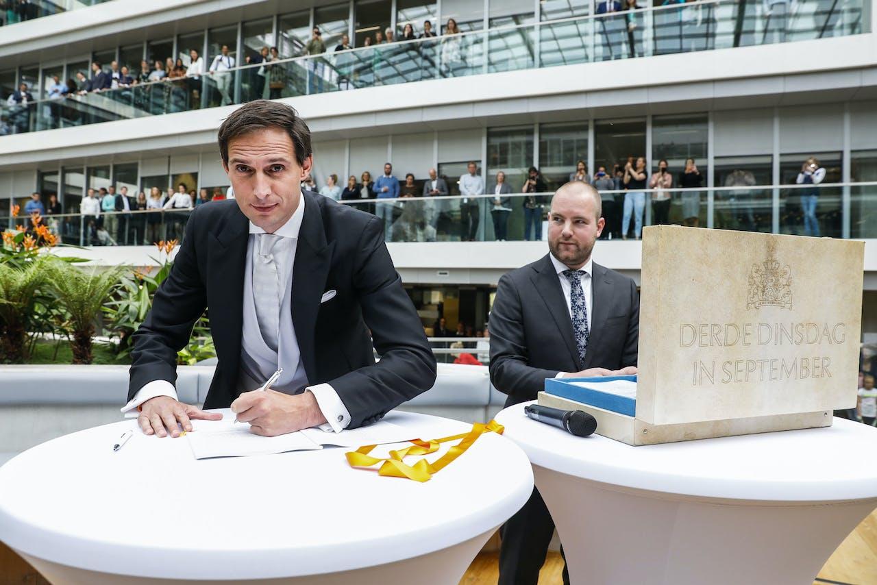 Minister Wopke Hoekstra van Financien zet op Prinsjesdag zijn handtekening onder de rijksbegroting en miljoenennota.