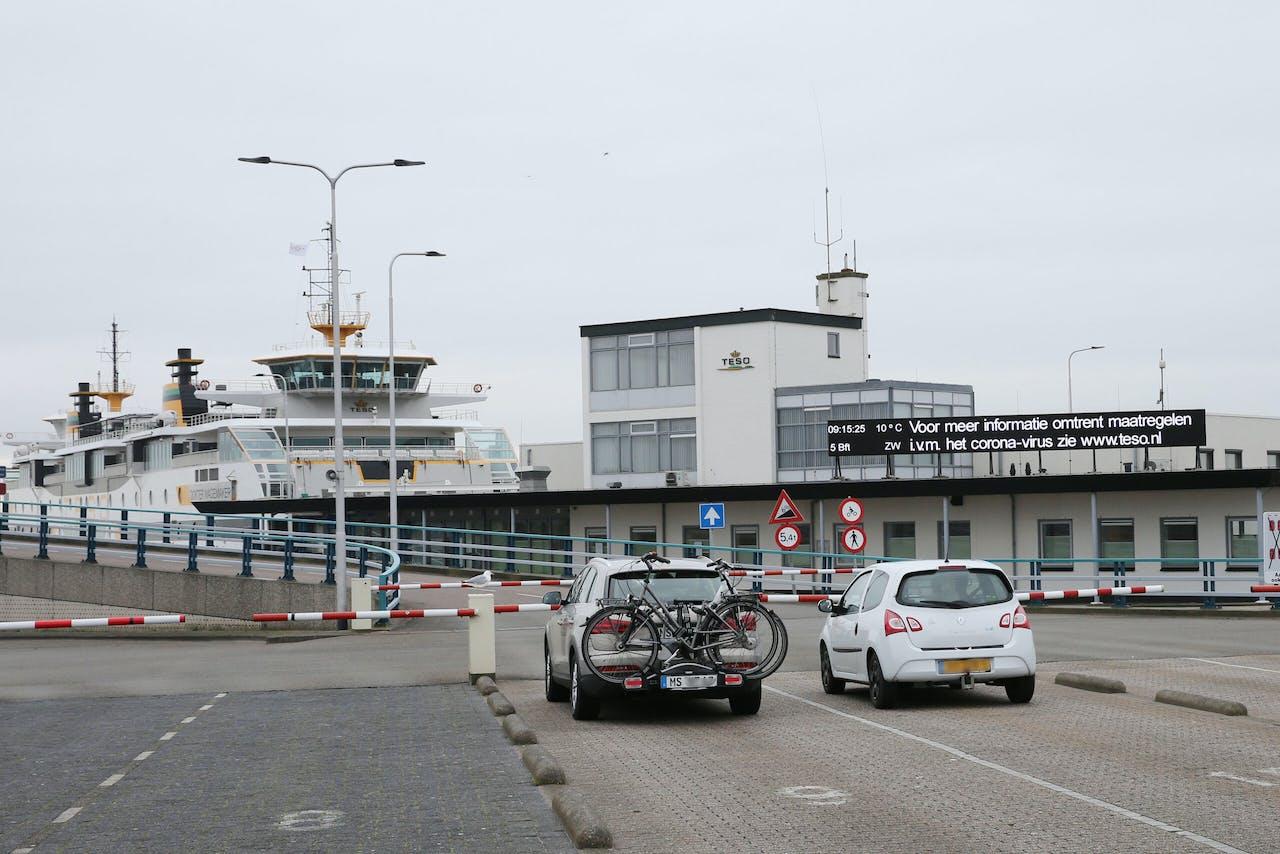 Dagjesmensen en toeristen wachten op de boot naar Texel.