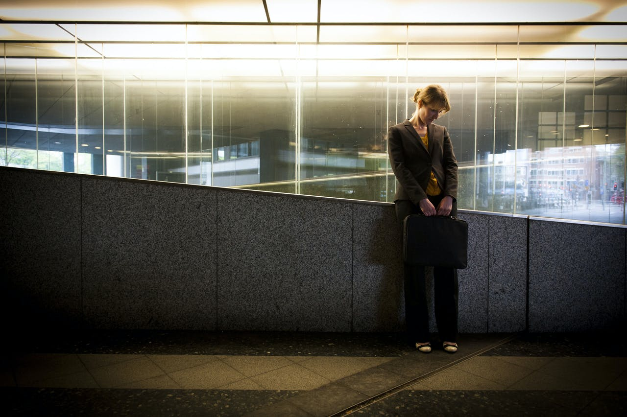 Een jonge zakenvrouw piekert over werkzorgen.