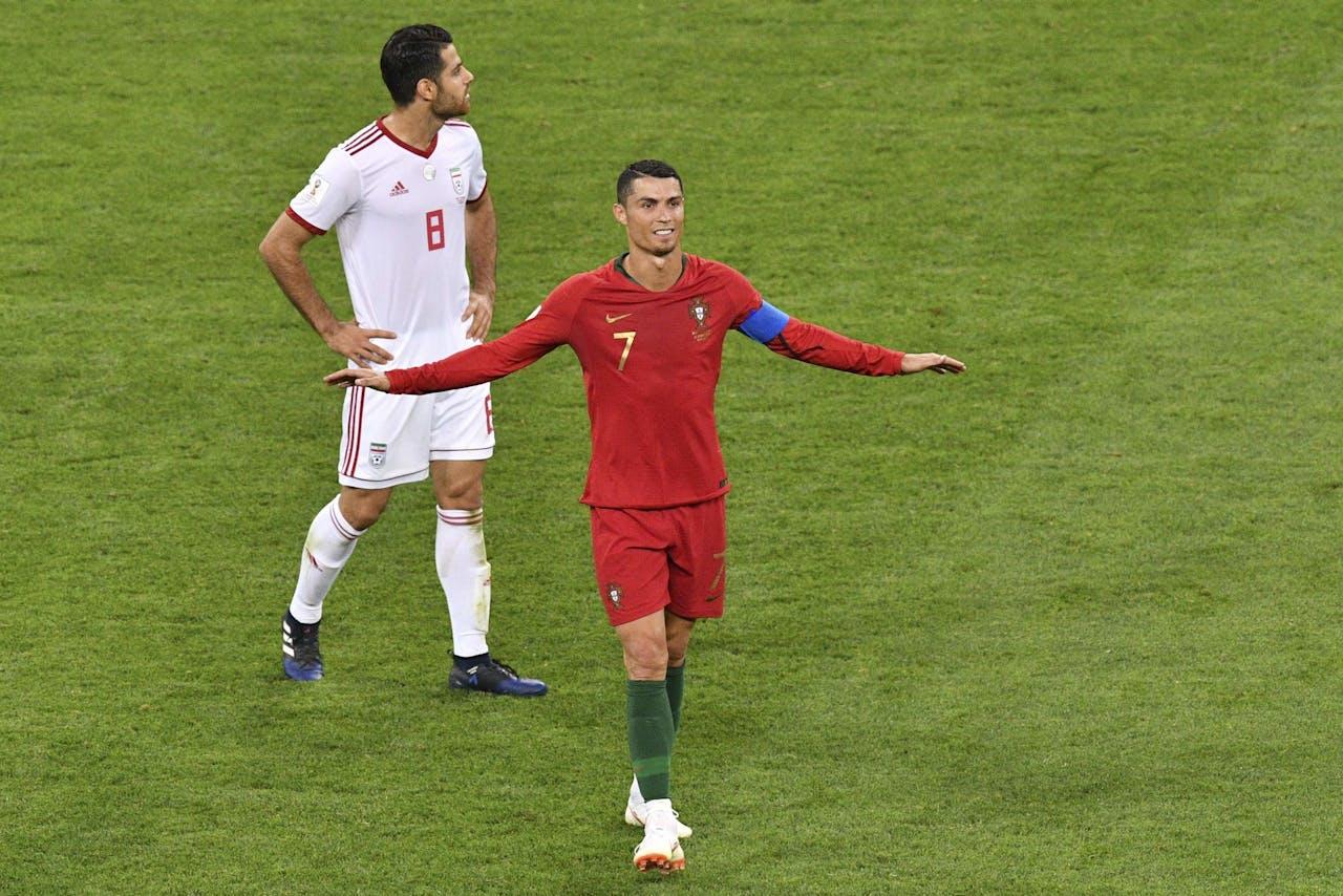 Christiano Ronaldo en zijn tegenspeler Morteza Pouraliganji