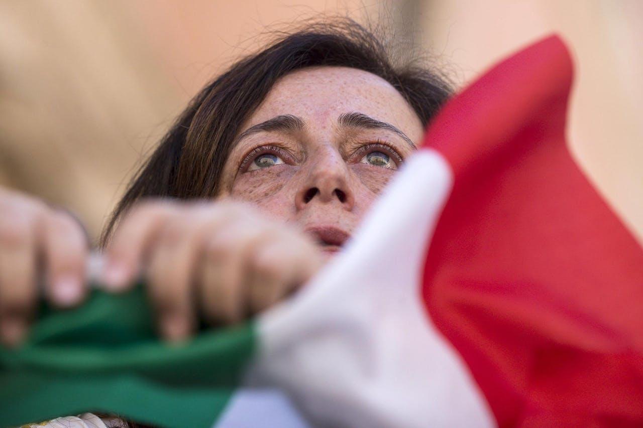 Een vrouw in Rome met de Italiaanse vlag