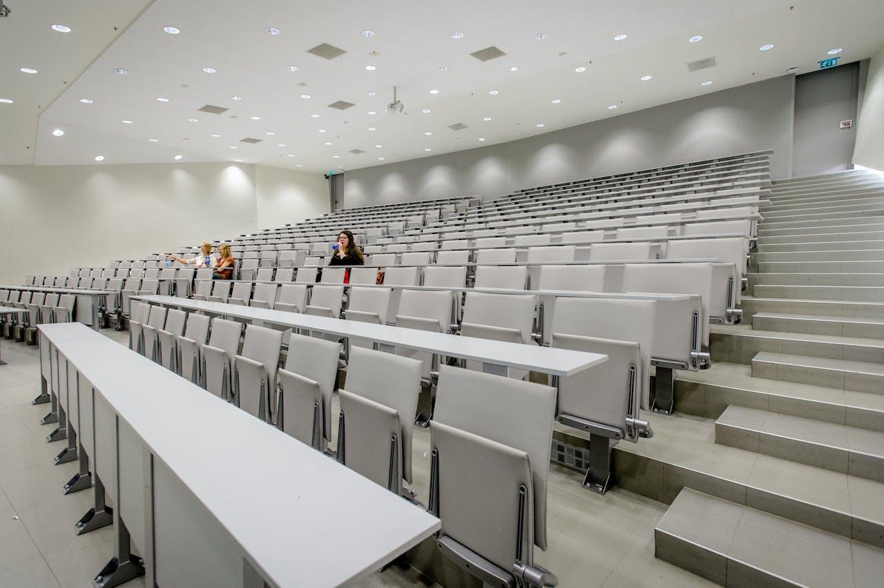 Hoorcollegezaal in het Bernoulliborg gebouw op het Zernike complex, Rijks Universiteit Groningen.