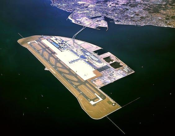 Chubu Centrair International Airport (NGO) in Japan is één van de weinige luchthavens op zee. De Tweede Kamer bespreekt het plan om Schiphol naar de Noordzee te verplaatsen
