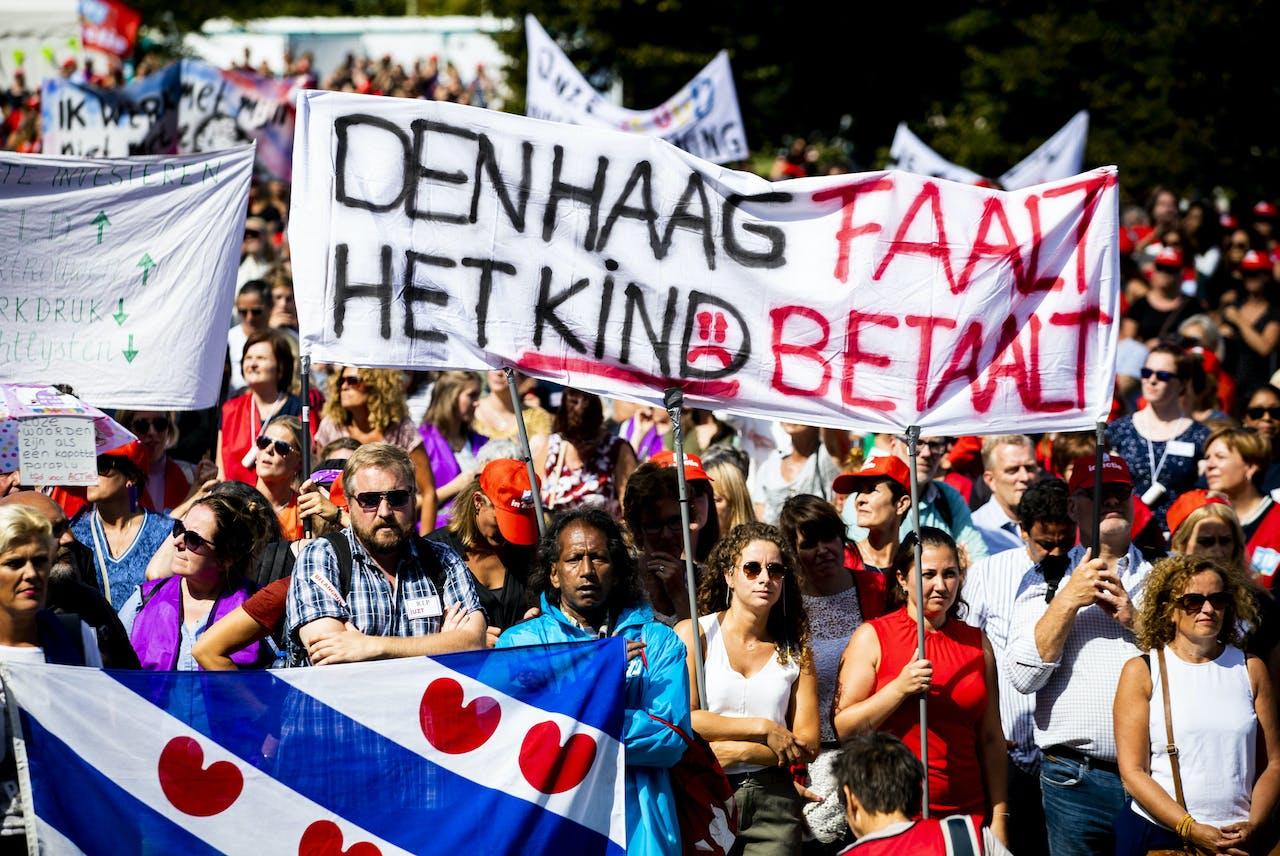 DEN HAAG - Jeugdzorgwerkers staken voor het eerst in de Nederlandse geschiedenis vanwege crisis in de jeugdzorg. De medewerkers eisen meer geld voor jeugdzorg, minder administratiedruk, een einde aan de inkoopwaanzin en fatsoenlijke arbeidsvoorwaarden voor de 30.000 jeugdzorgwerkers.
