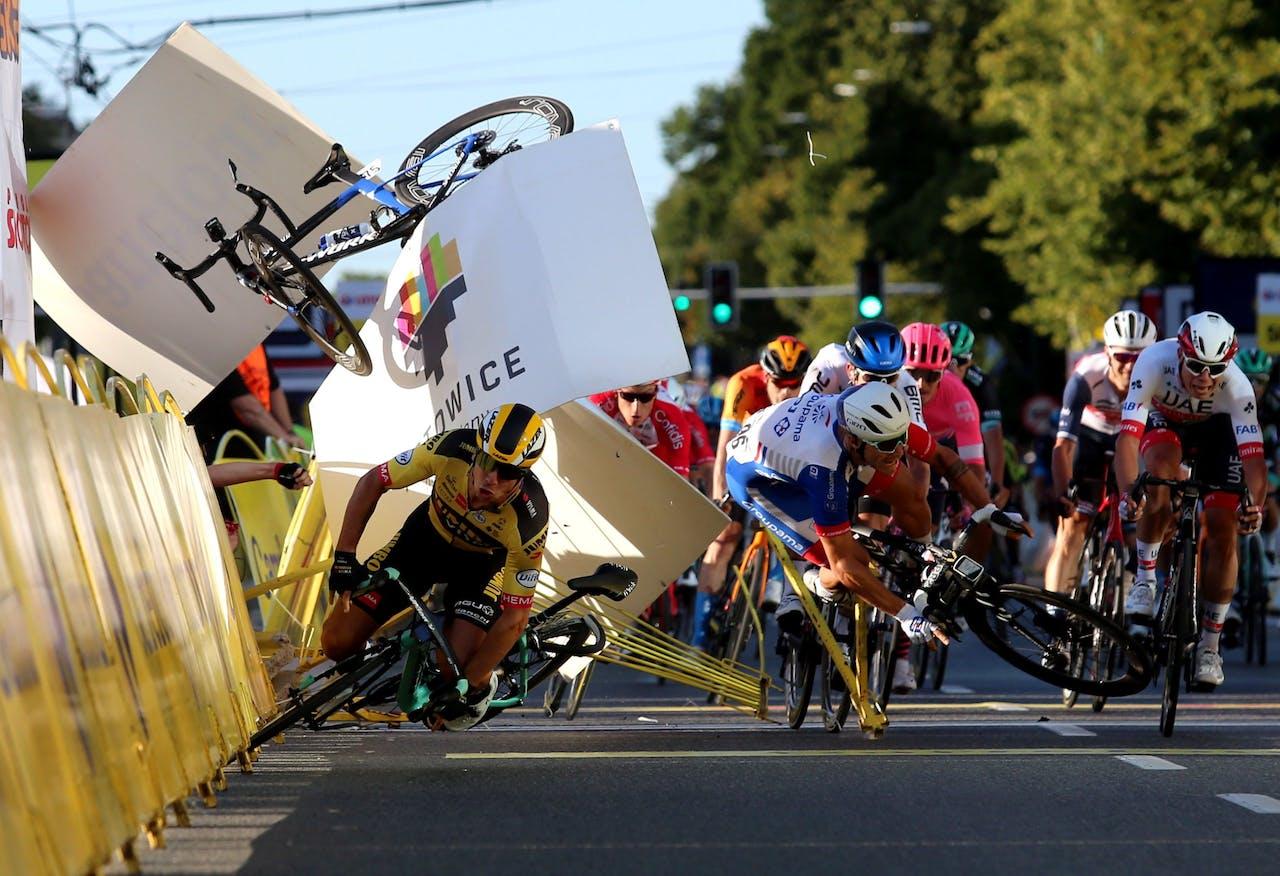 Dylan Groenewegen (Gele trui) van Jumbo-Visma valt vlak voor de finish, na een botsing met Fabio Jakobsen van Deceuninck-Quick-Step. De fiets van Jakobsen (linksboven in beeld) is nog te zien.