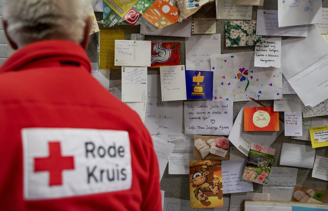 Een vrijwilliger van het Rode Kruis
